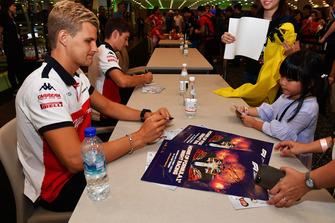Marcus Ericsson, Sauber et Charles Leclerc, Sauber lors de la séance d'autographes