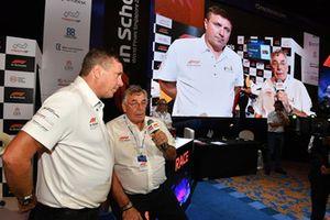 Комментатор Sky TV Дэвид Крофт и Гэри Андерсон в финале F1 in Schools