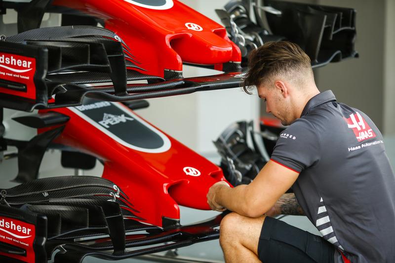 Un mécanicien de Haas F1 Team au travail sur l'avant d'une VF-18