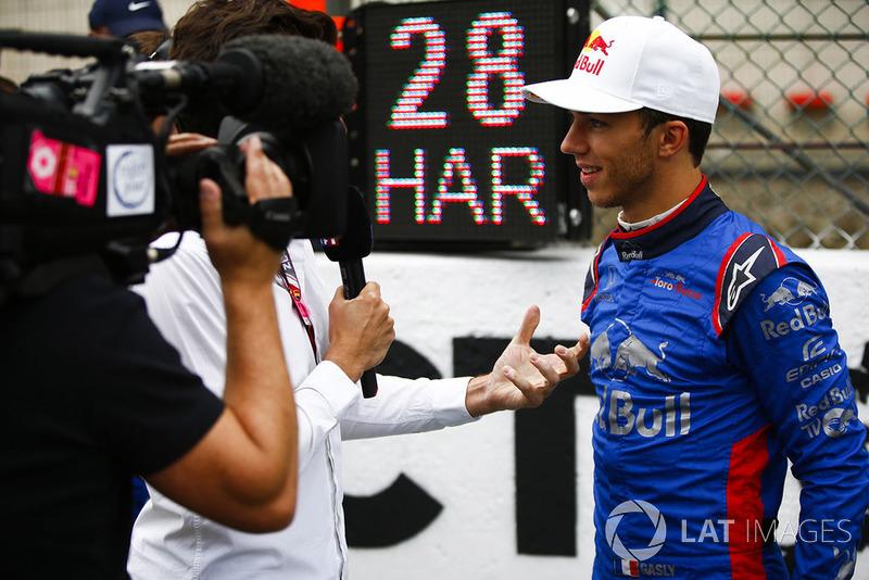 Pierre Gasly, Toro Rosso, udziela wywiadu na polach startowych