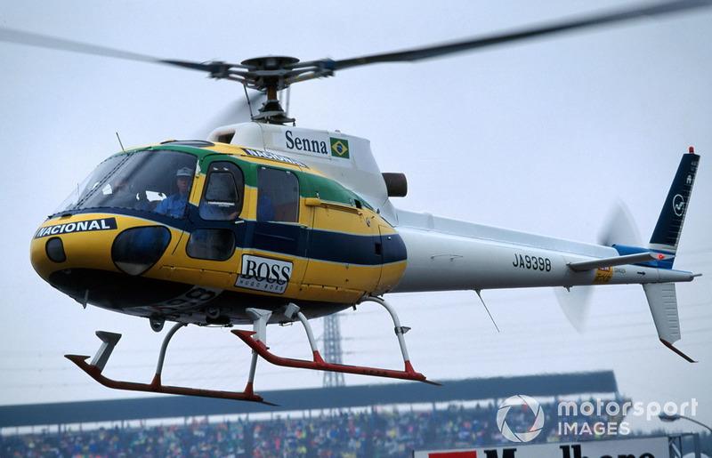 Даже медицинский вертолет, дежуривший на автодроме в течение уик-энда, раскрасили цветами, которыми был украшен шлем погибшего гонщика