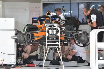 Автомобиль McLaren MCL33 в гараже