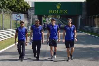 Brendon Hartley, Scuderia Toro Rosso parcourt la piste à pied