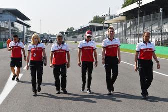 Charles Leclerc, Alfa Romeo Sauber F1 Team, Xevi Pujolar, Alfa Romeo Sauber F1 Team Pist Mühendisi, Ruth Buscombe, Alfa Romeo Sauber F1 Team Yarış Stratejisti pist yürüyüşü