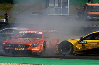 Crash van Lucas Auer, Mercedes-AMG Team HWA, Mercedes-AMG C63 DTM en Timo Glock, BMW Team RMG, BMW M4 DTM