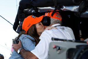 Scott Dixon, Chip Ganassi Racing Honda, esposa Emma besa al Gerente del equipo Mike Hull