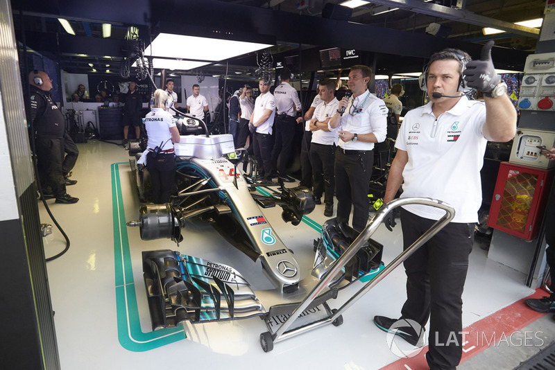 Pracownik zespołu unosi kciuk po zakończeniu pracy przy Mercedesie AMG F1 W09 Lewisa Hamiltona
