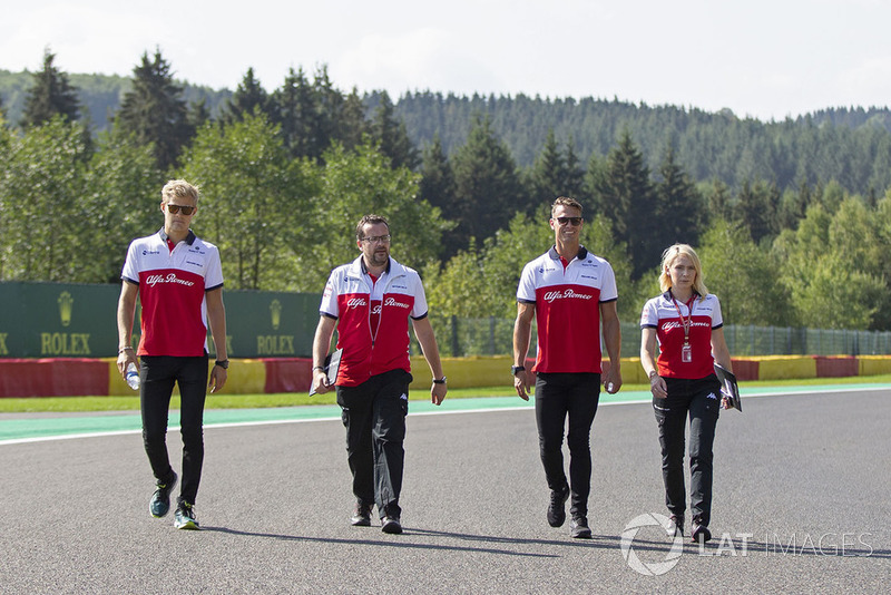 Marcus Ericsson, Sauber on track walk with his engineers
