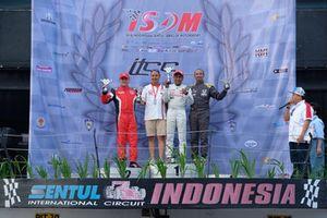 Podium ITCC 1600 MAX: Pemenang balapan, Haridarma Manoppo, Toyota Team Indonesia, Alvin Bahar, Honda Racing Indonesia, Fitra Eri, Honda Pekanbaru
