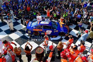 Chase Elliott, Hendrick Motorsports, Chevrolet Camaro SunEnergy1 celebra en victory lane