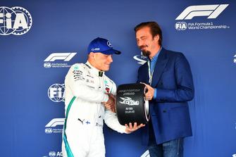 Valtteri Bottas, Mercedes AMG F1 receives the Pirelli Pole Position Award