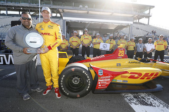 Verizon P1 Pole Award Winner Ryan Hunter-Reay, Andretti Autosport Honda with Steve Williams of Verizon