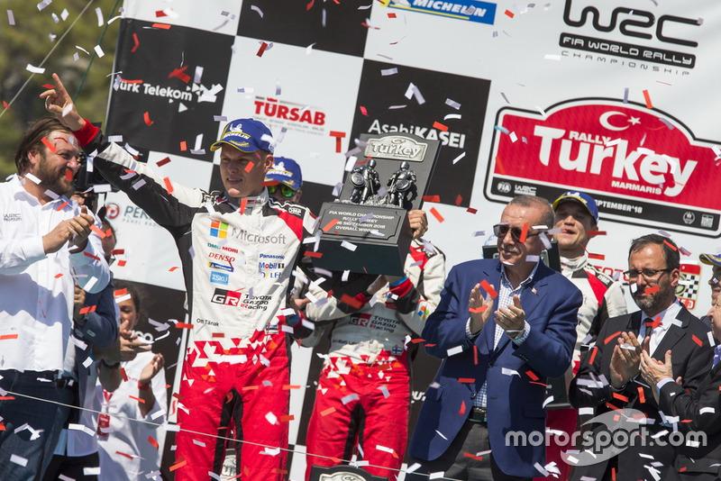 Подиум: победители Отт Тянак и Мартин Ярвеоя, Toyota Gazoo Racing WRC