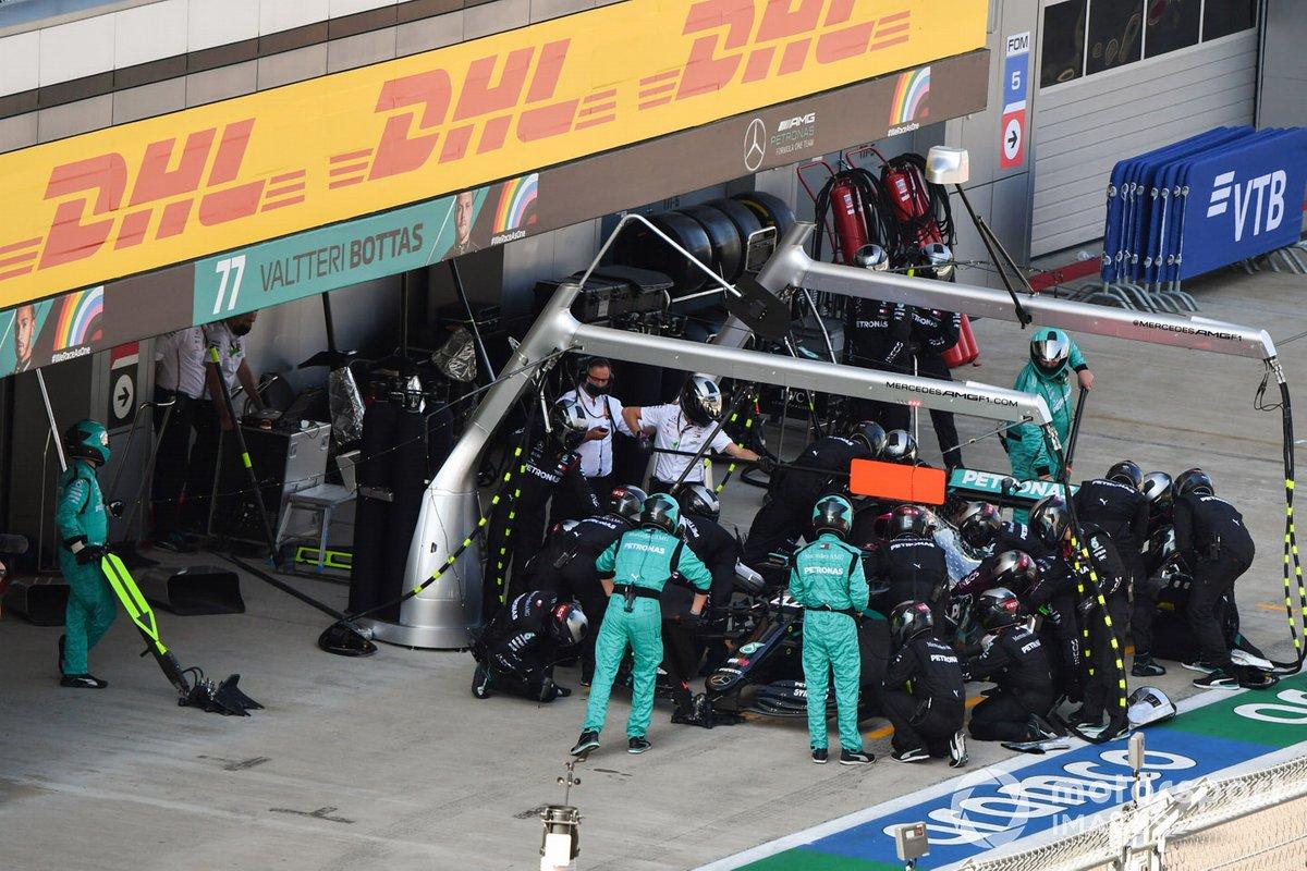 Lewis Hamilton, Mercedes F1 W11, en pits