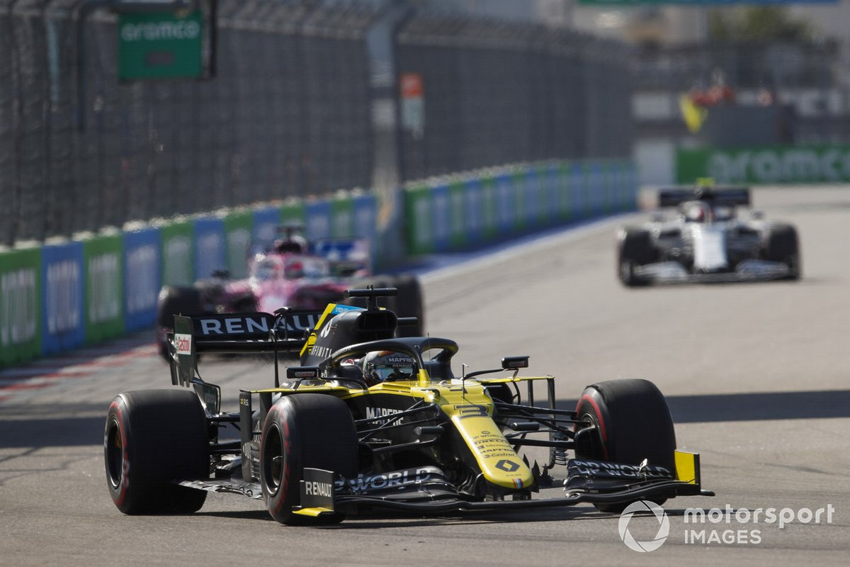 Daniel Ricciardo, Renault F1 Team R.S.20 Sergio Pérez, Racing Point RP20