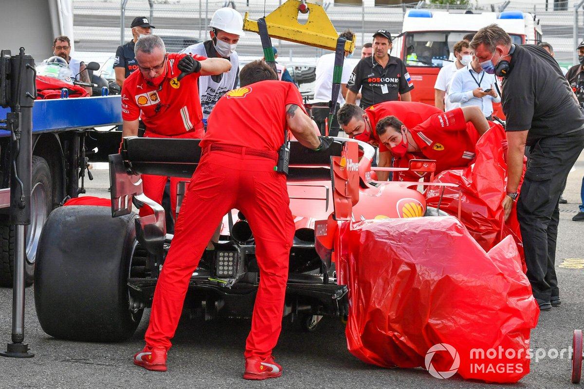 Los mecánicos de Ferrari descargan el monoplaza dañado de Sebastian Vettel, Ferrari SF1000