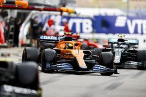 Lando Norris, McLaren MCL35, Valtteri Bottas, Mercedes F1 W11, in the pit lane