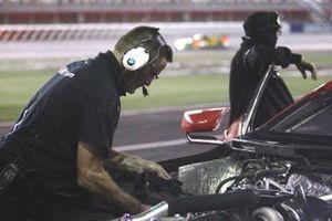 #25 BMW Team RLL BMW M8 GTE, GTLM crew makes adjustments