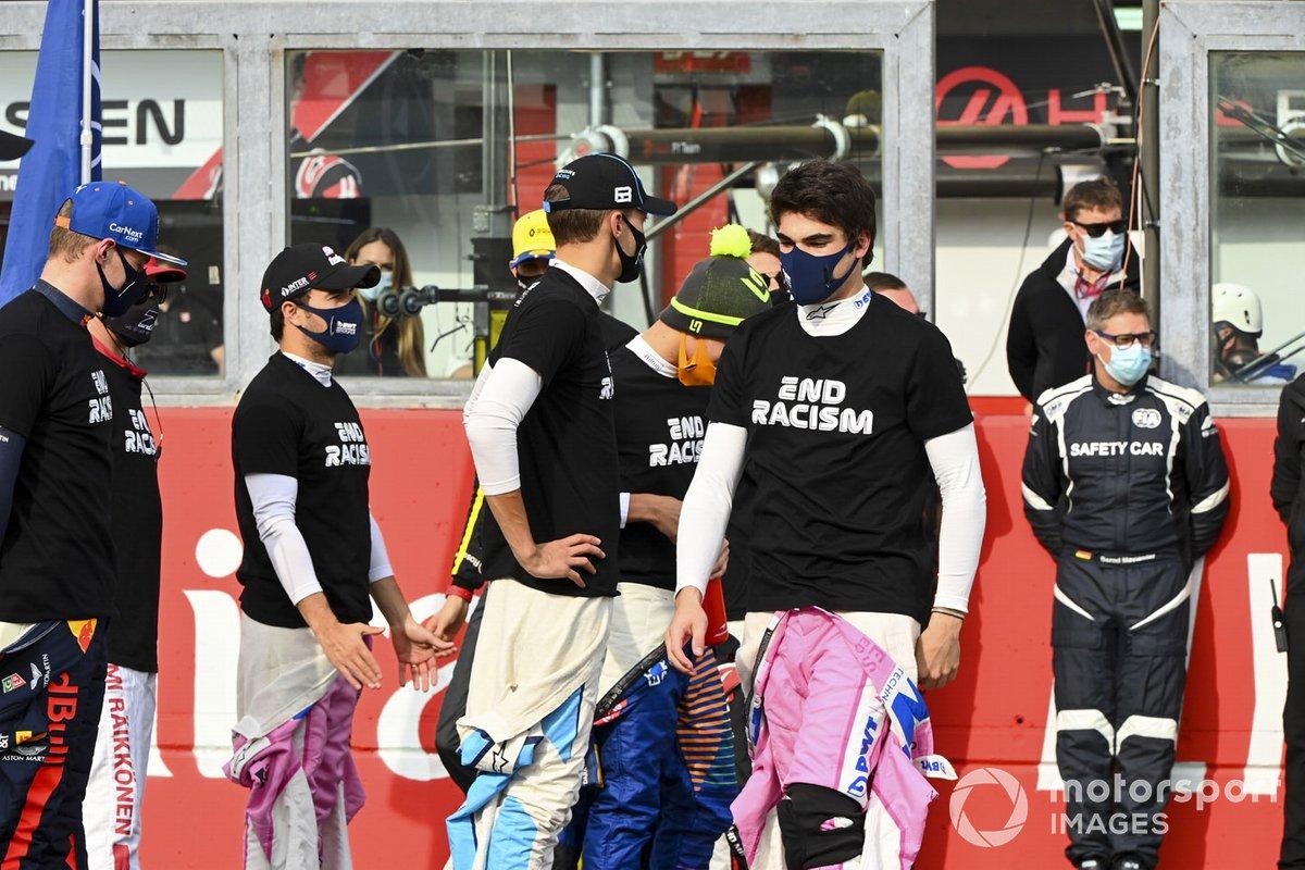 Gesto contra el racismo de los pilotos de F1 en la parrilla