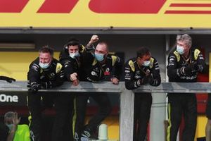 The Renault team cheer from the pit wall as Daniel Ricciardo, Renault F1, takes third
