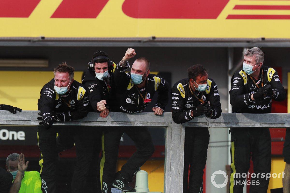 Il team Renault applaude Daniel Ricciardo, Renault F1, terzo classificato dal pit wall