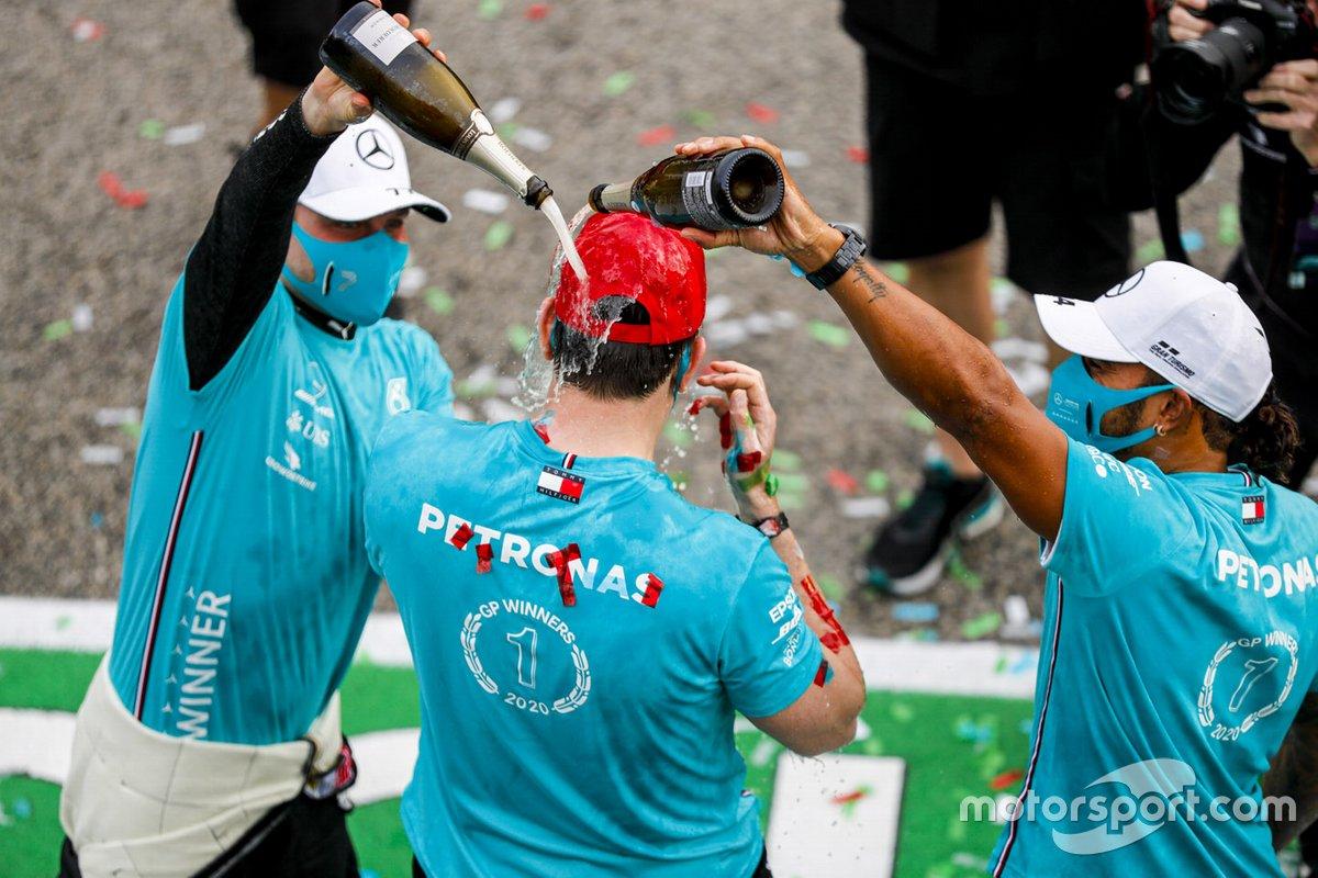 Il vincitore della gara Lewis Hamilton, Mercedes-AMG F1, secondo classificato Valtteri Bottas, Mercedes-AMG F1, Toto Wolff, Direttore Esecutivo (Business), Mercedes AMG festeggia il settimo titolo costruttori