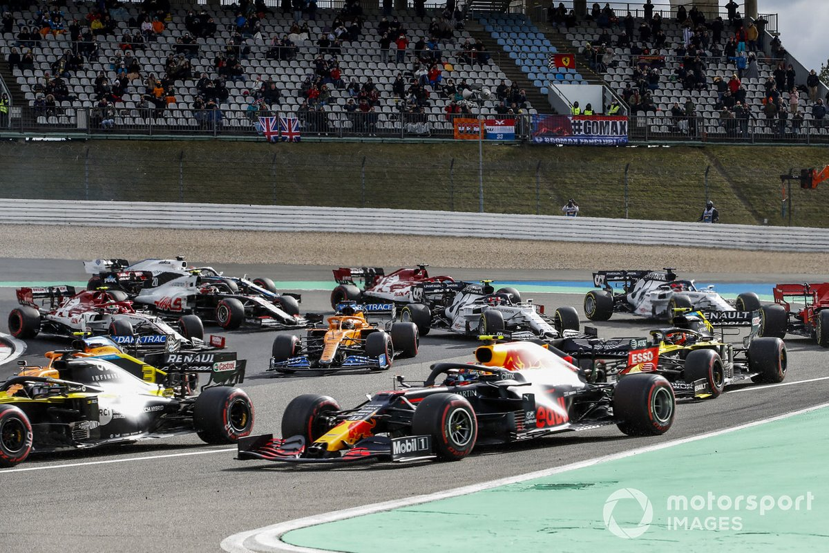Daniel Ricciardo, Renault F1 Team R.S.20, Alex Albon, Red Bull Racing RB16, Esteban Ocon, Renault F1 Team R.S.20, Carlos Sainz Jr., McLaren MCL35, and the remainder of the field at the start