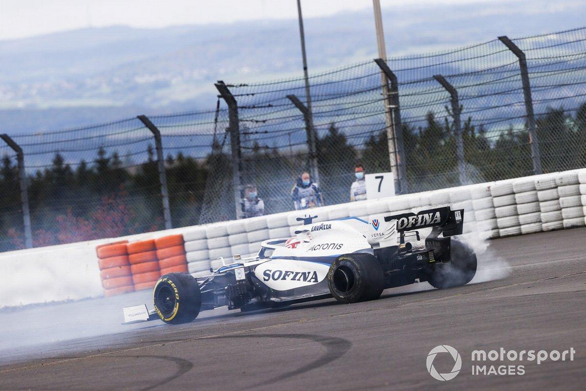 George Russell, Williams FW43 retirándose de la carrera después de chocar con Kimi Raikkonen, Alfa Romeo Racing C39