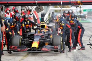 Alex Albon, Red Bull Racing RB16, makes a pit stop