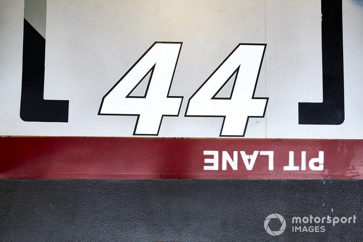 El número de carrera de Lewis Hamilton, Mercedes F1 W11, en el piso del garaje