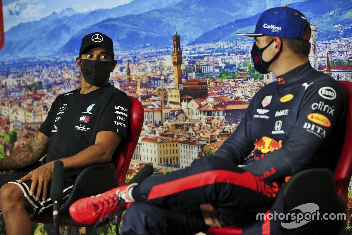 Poleman Lewis Hamilton, Mercedes-AMG F1 yMax Verstappen, Red Bull Racing en la conferencia de prensa