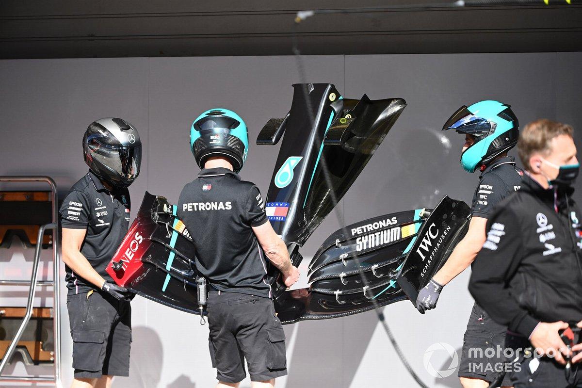 Miembros del equipo Mercedes trabajan en el coche