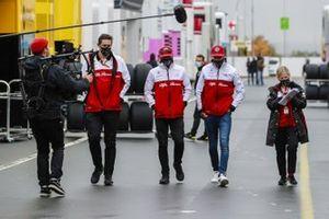 Kimi Raikkonen, Alfa Romeo en Antonio Giovinazzi, Alfa Romeo in de paddock