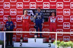 Podio: el segundo Gerhard Berger, Ferrari, el ganador Nigel Mansell, Williams, el tercero Ayrton Senna, McLaren