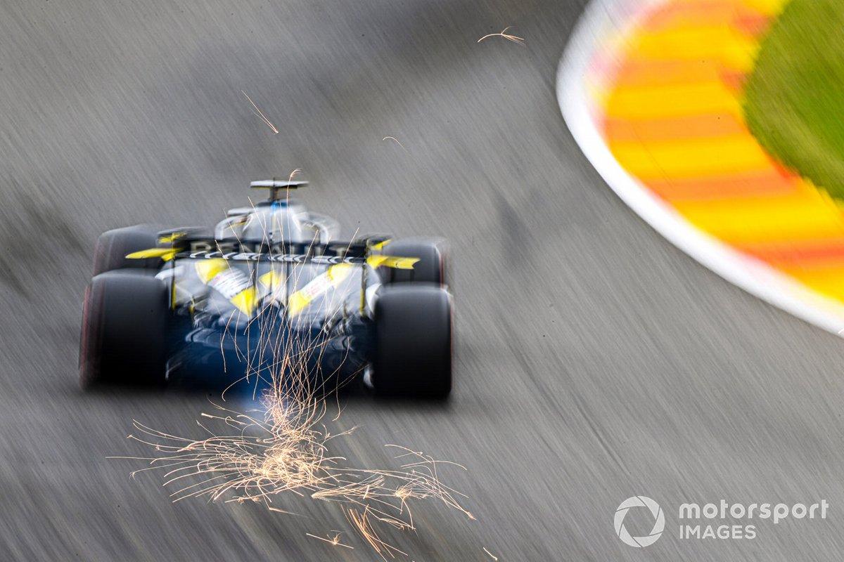 Le scintille volano dell'auto di Daniel Ricciardo, Renault F1 Team R.S.20