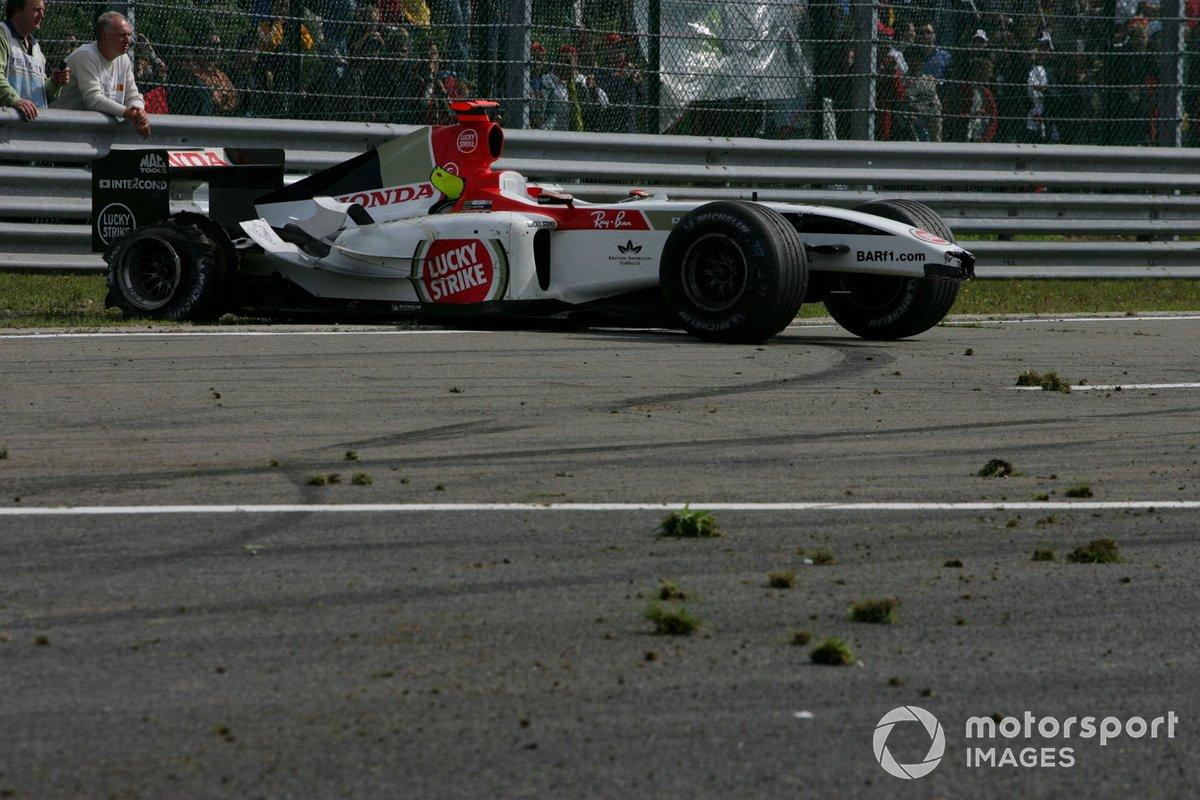 Но только до того момента, пока у Баттона на полном ходу не взорвалась в конце прямой задняя шина…