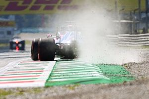 Des étincelles sortent de la monoplace de Sergio Perez, Racing Point RP20
