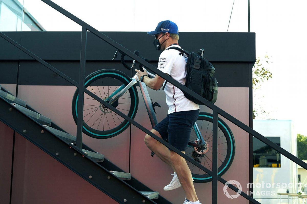 Валттери Боттас, Mercedes F1, несет велосипед