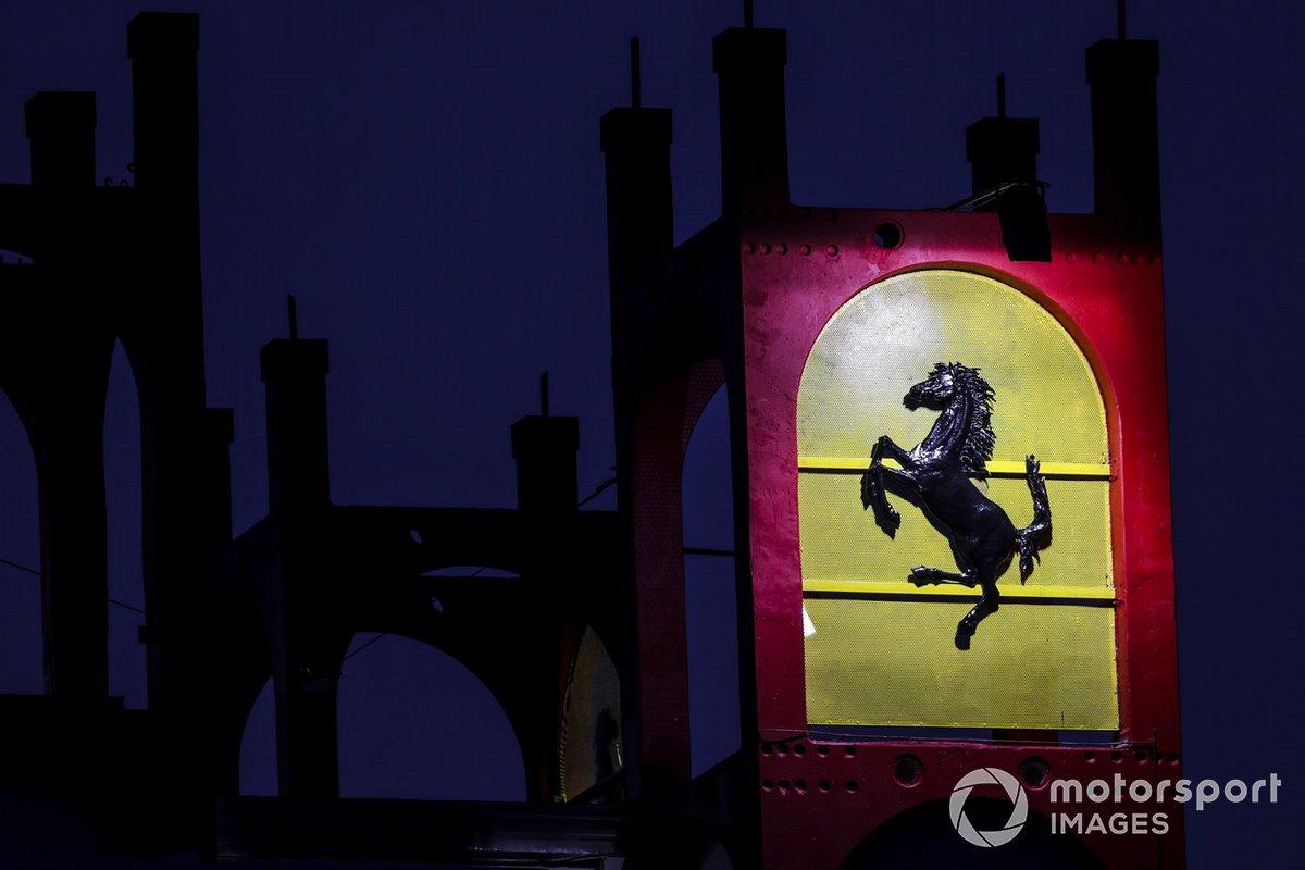 Il logo della Ferrari di notte