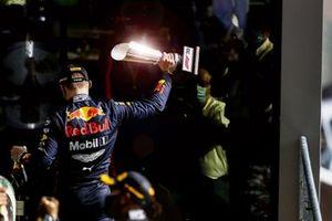 Max Verstappen, Red Bull Racing, 3° posto, lascia il podio con suo trofeo