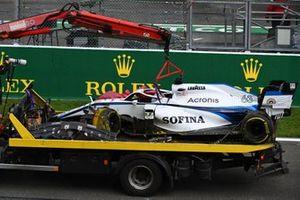 L'auto di George Russell, Williams FW43, viene riportata al box Williams dal carroattrezzi