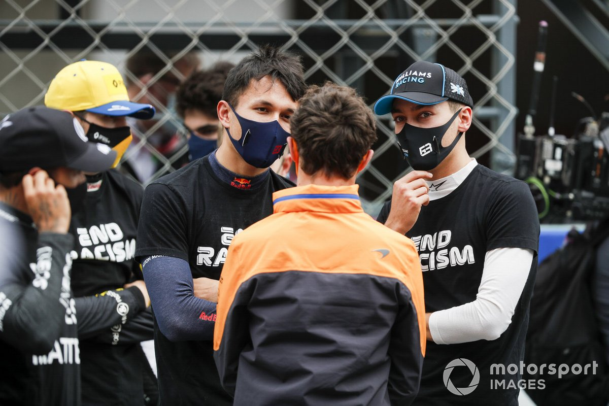 Alex Albon, Red Bull Racing, Lando Norris, McLaren, e George Russell, Williams Racing, sulla griglia di partenza