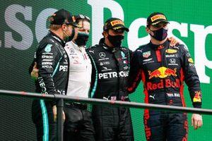 Valtteri Bottas, Mercedes-AMG F1, 2nd position, Peter Bonnington, Race Engineer, Mercedes AMG, Lewis Hamilton, Mercedes-AMG F1, 1st position, and Max Verstappen, Red Bull Racing, 3rd position, on the podium