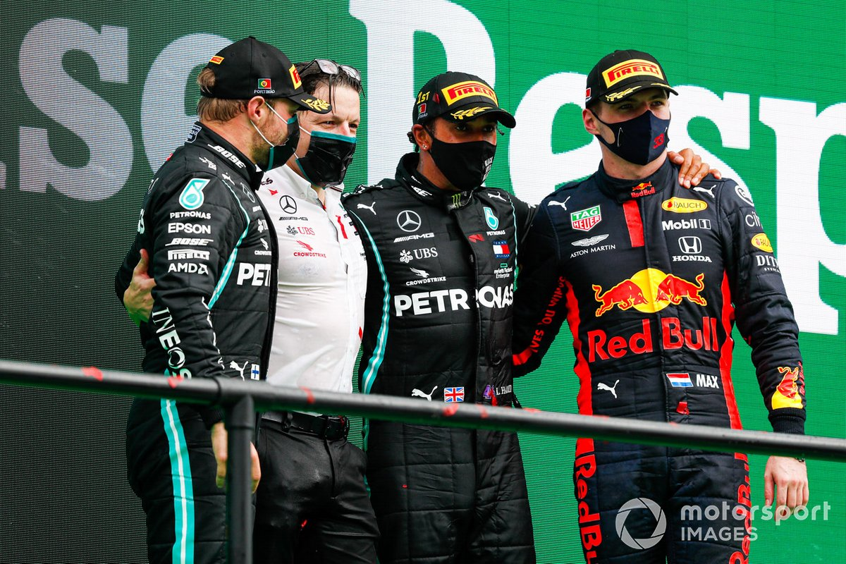 Valtteri Bottas, Mercedes-AMG F1, 2a posizione, Peter Bonnington, Race Engineer, Mercedes AMG, Lewis Hamilton, Mercedes-AMG F1, 1a posizione, e Max Verstappen, Red Bull Racing, 3a posizione, sul podio