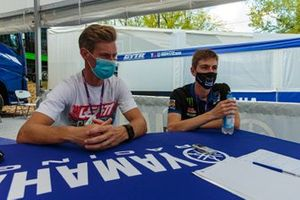 Steve Ramon e Jago Geerts, Kemea Yamaha MX2, con Tim Gerth, giornalista di Motorsport.com