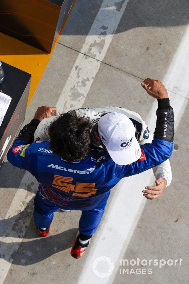 El segundo lugar Carlos Sainz Jr., McLaren y el ganado Pierre Gasly, AlphaTauri celebran
