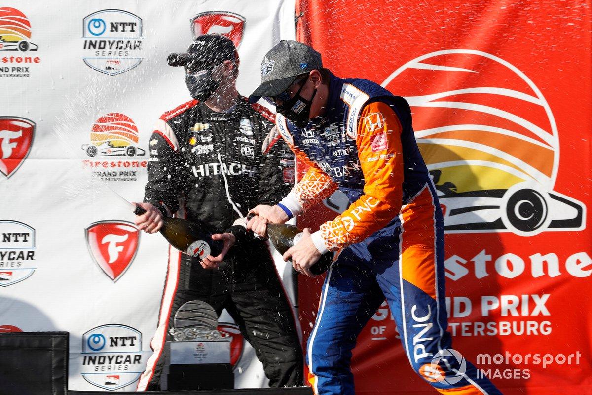 Podio: Ganador de la carrera Josef Newgarden, Team Penske Chevrolet, y tercer lugar Scott Dixon, Chip Ganassi Racing Honda