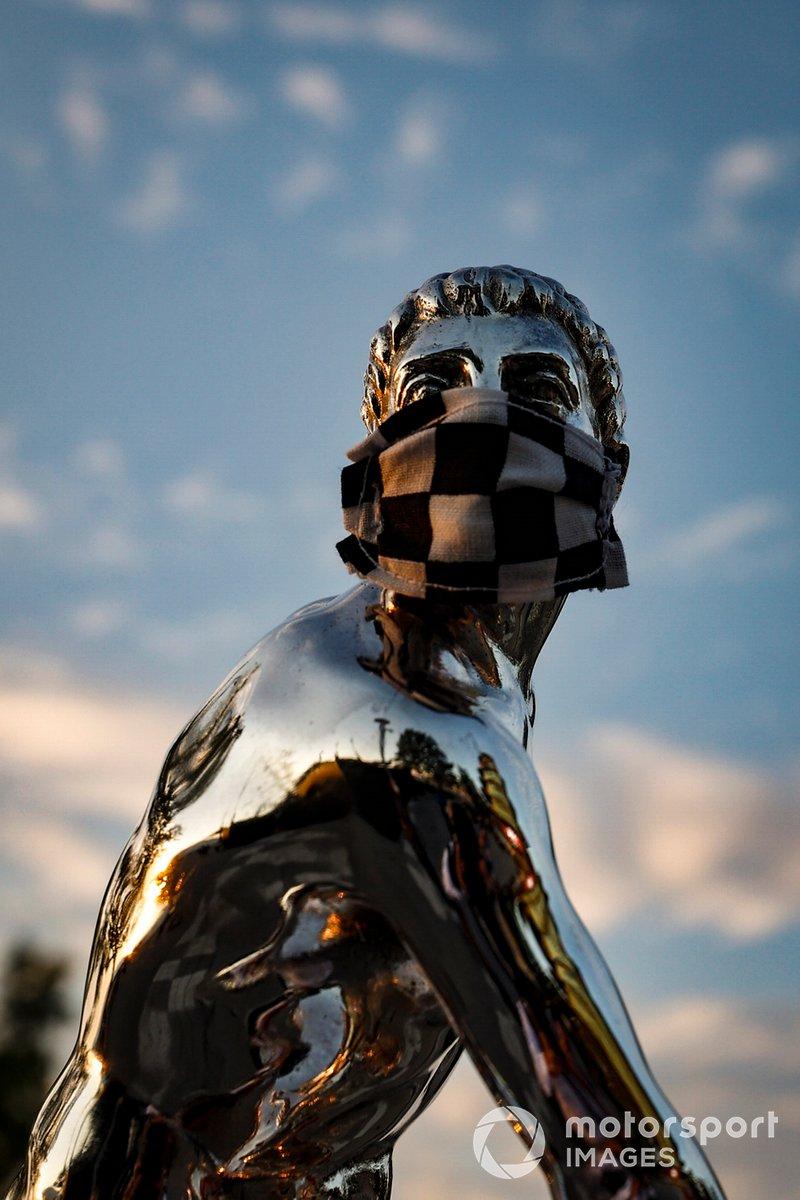 El trofeo Borg-Warner con la máscara