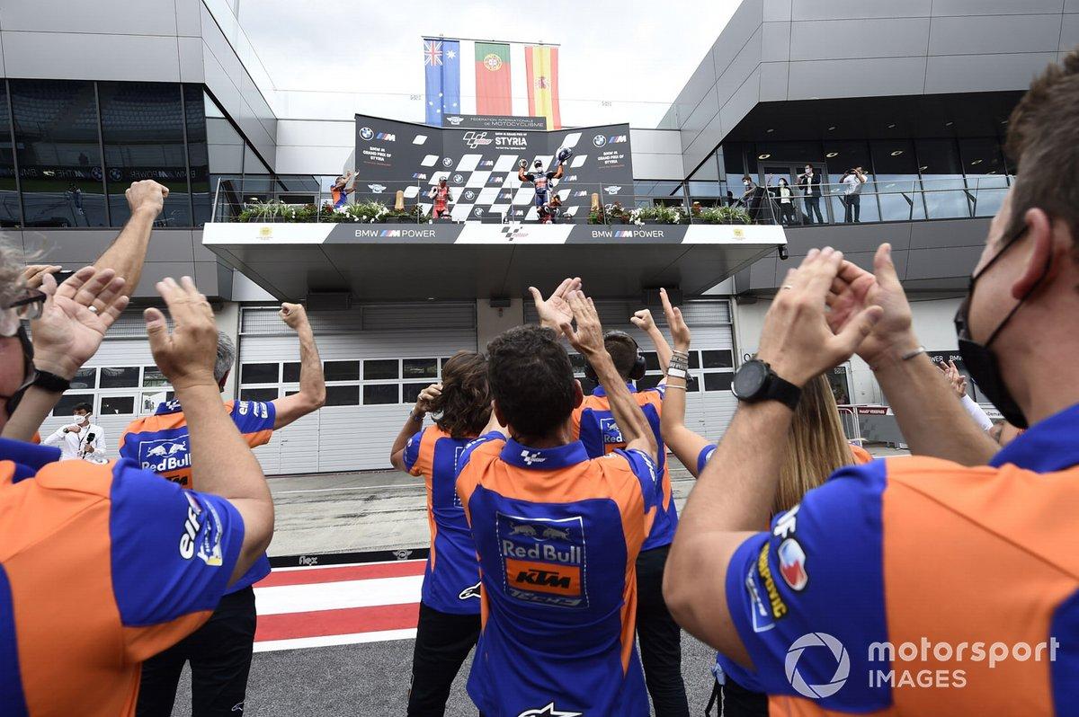 La celebración del podio con miembros del Red Bull KTM Tech 3 team