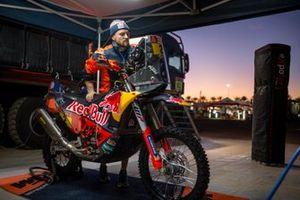 Un mécanicien Red Bull KTM Factory Team au travail après l'étape